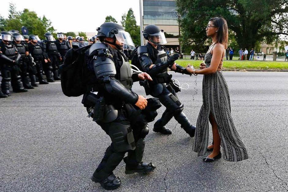 Aktivistin Leshia Evans streckt gepanzerten Polizisten ihre Hände entgegen, um verhaftet zu werden, bei einer Demonstration gegen Polizeigewalt in Baton Rouge, Louisiana, USA. Das Foto von Jonathan Bachman für Thomson Reuters gewinnt den ersten Preis in der Kategorie Contemporary Issues, Singles. (Foto: dpa)