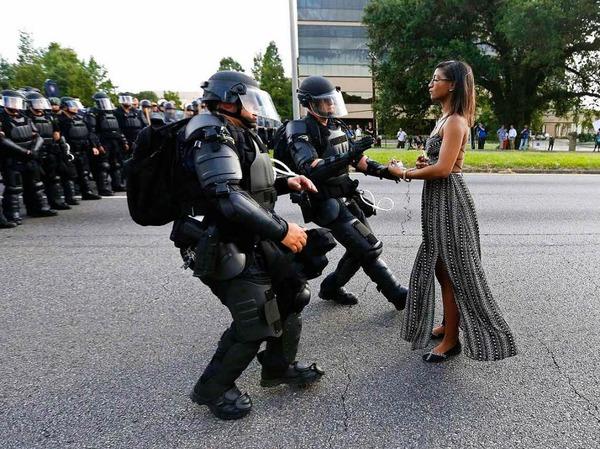 Aktivistin Leshia Evans streckt gepanzerten Polizisten ihre Hände entgegen, um verhaftet zu werden, bei einer Demonstration gegen Polizeigewalt in Baton Rouge, Louisiana, USA. Das Foto von Jonathan Bachman für Thomson Reuters gewinnt den ersten Preis in der Kategorie Contemporary Issues, Singles.