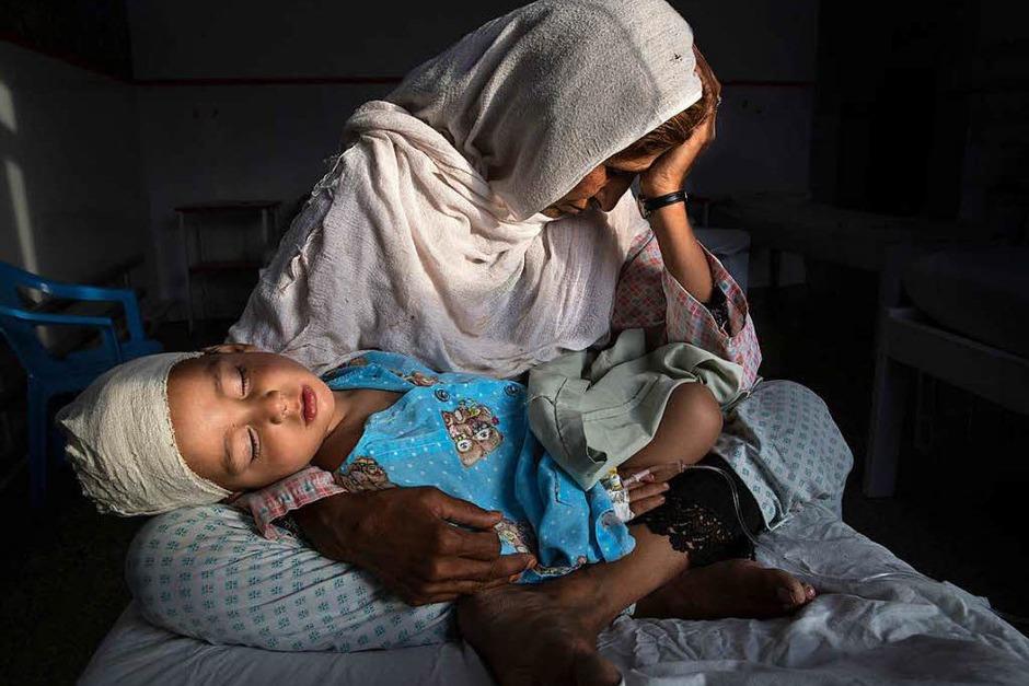 Erster Preis in der Kategorie Daily Life, Singles, für Paula Bronstein für Time Lightbox: Najiba hält ihren zweijährigen Neffen Shabir am 29. März 2016 in einem Krankenhaus in Kabul im Arm. Er wurde von einer Bombe verletzt. (Foto: dpa)