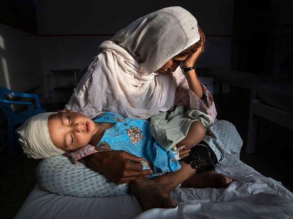Erster Preis in der Kategorie Daily Life, Singles, für Paula Bronstein für Time Lightbox: Najiba hält ihren zweijährigen Neffen Shabir am 29. März 2016 in einem Krankenhaus in Kabul im Arm. Er wurde von einer Bombe verletzt.