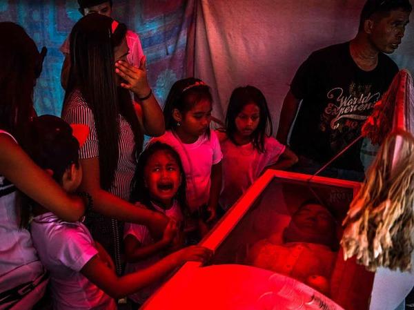 """Unbekannte verschleppten und ermordeten den Vater der sechsjährigen Jimji und einen Bekannten aus der Nachbarschaft in Manila, Philippinen. Das Foto von Daniel Berehulak wurde mit dem ersten Preis """"General News, Stories"""" ausgezeichnet."""