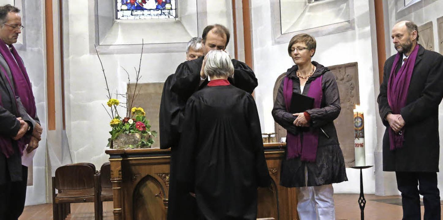 Dekan Rüdiger Schulze segnet die neue Pfarrerin Irene Leicht  | Foto: Georg Voß