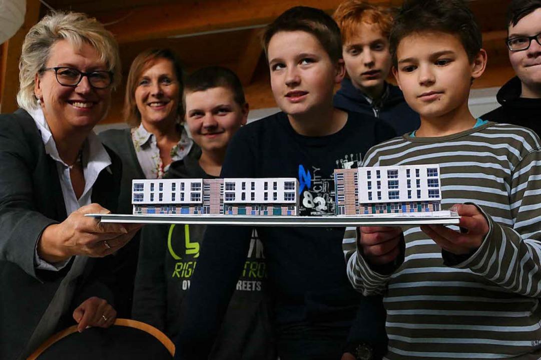 Bürgermeisterin Kleeb (links) bedankt ...tigung des Modells vom Begegnungshaus.  | Foto: Markus Donner