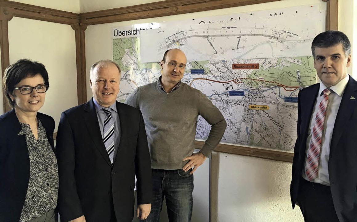 Über den Stand der Bauarbeiten für die...Bürgermeister Klaus Hämmerle (v. l.).   | Foto: Winkler