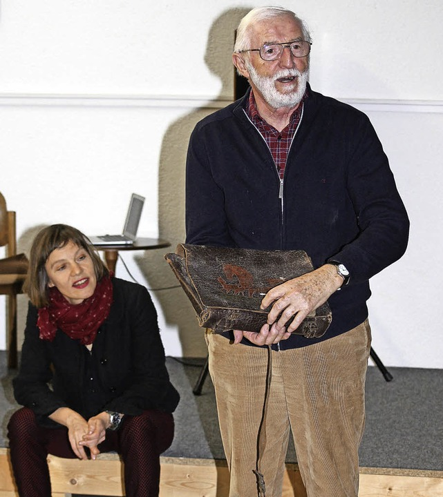 Paul Wangler erklärt aus früheren Zeit...inks) ist eine aufmerksame Zuhörerin.   | Foto: Gert Brichta