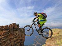 Auch mit 50 ist Extrem-Mountainbiker Hans Rey kein Weg zu schwer
