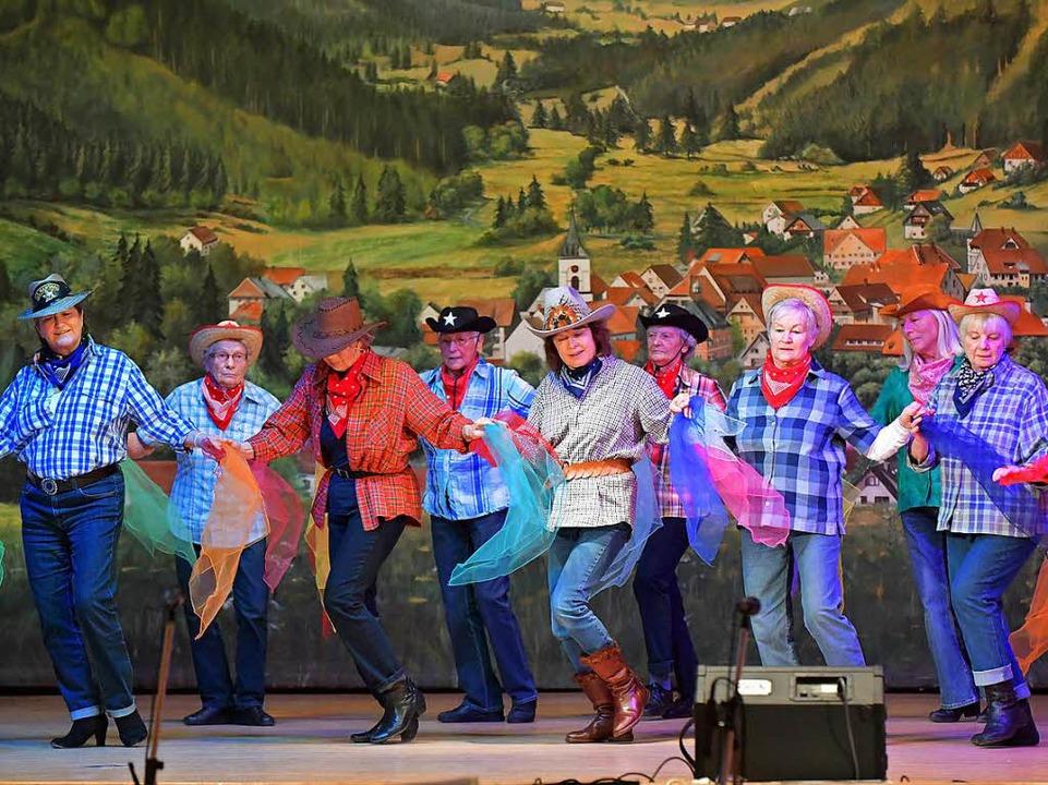 Die Country Girls der Seniorentanzgruppe mit  Leiterin   Niebling.   | Foto: Wolfgang Scheu