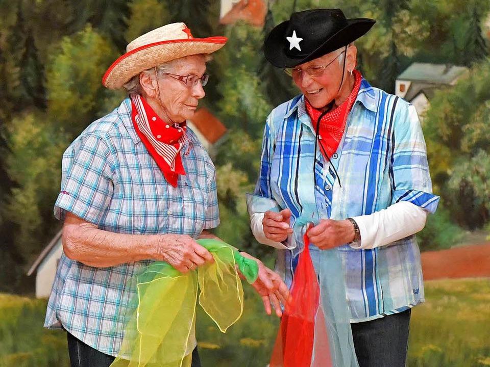 Cowgirls beim Tüchertausch.  | Foto: Wolfgang Scheu