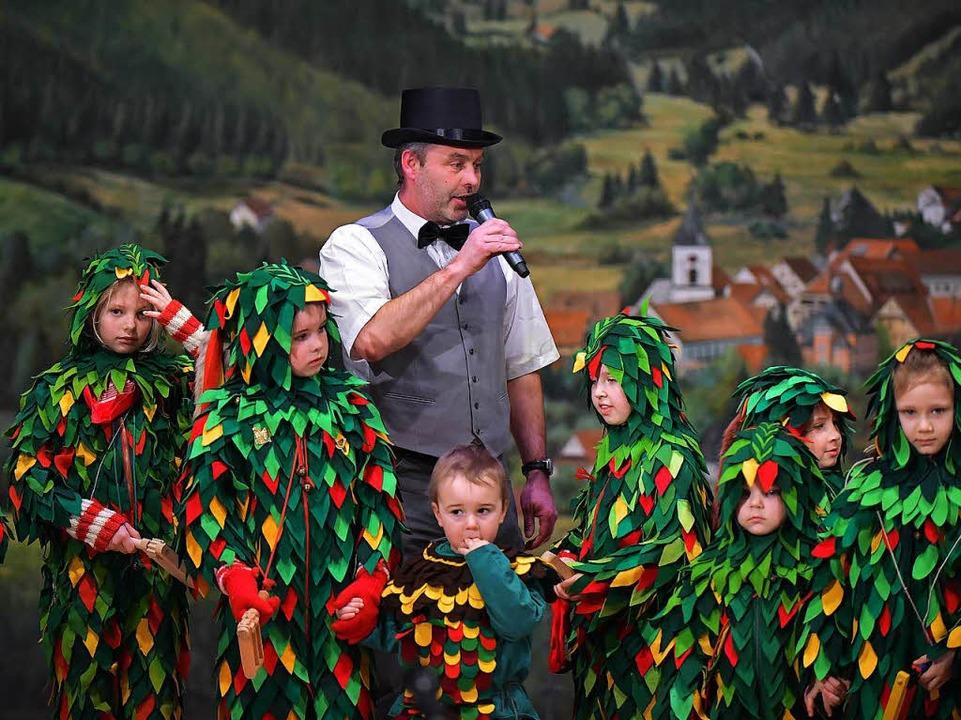 Moderatr Hartwig Frank mit jungen Dengele und Heuhoppern.  | Foto: Wolfgang Scheu