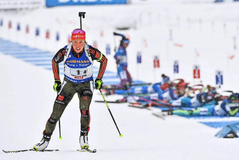 Laura Dahlmeier läuft schon wieder, während die Konkurrenz noch schießt.  | Foto: dpa