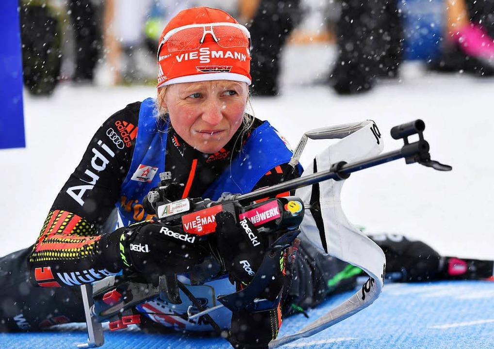 Franziska Hildebrand bereitet sich aufs Schießen vor.  | Foto: dpa