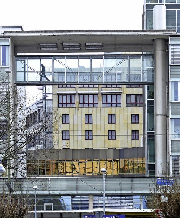 Der Steg verbindet zwei Büros miteinander.   | Foto: Ingo Schneider