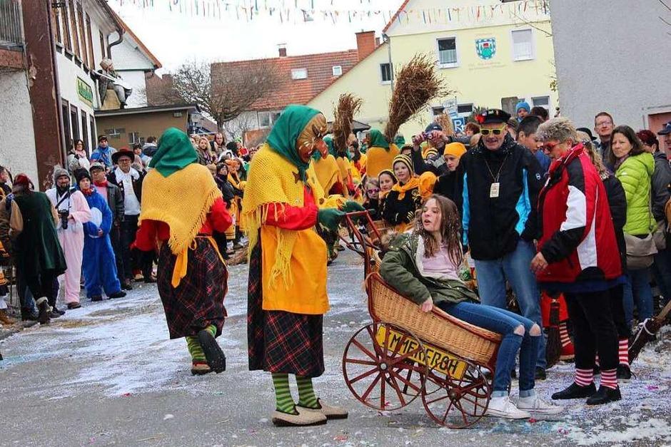 Gute Stimmung herrschte beim Umzug am Klöpfertag in Dittishausen, an dem 35 Gruppen mit weit über 1000 Teilnehmern mit den Zuschauern allerhand Schabernack trieben. (Foto: Christa Maier)