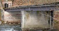 Ohne Mittelpfeiler über den Fluss
