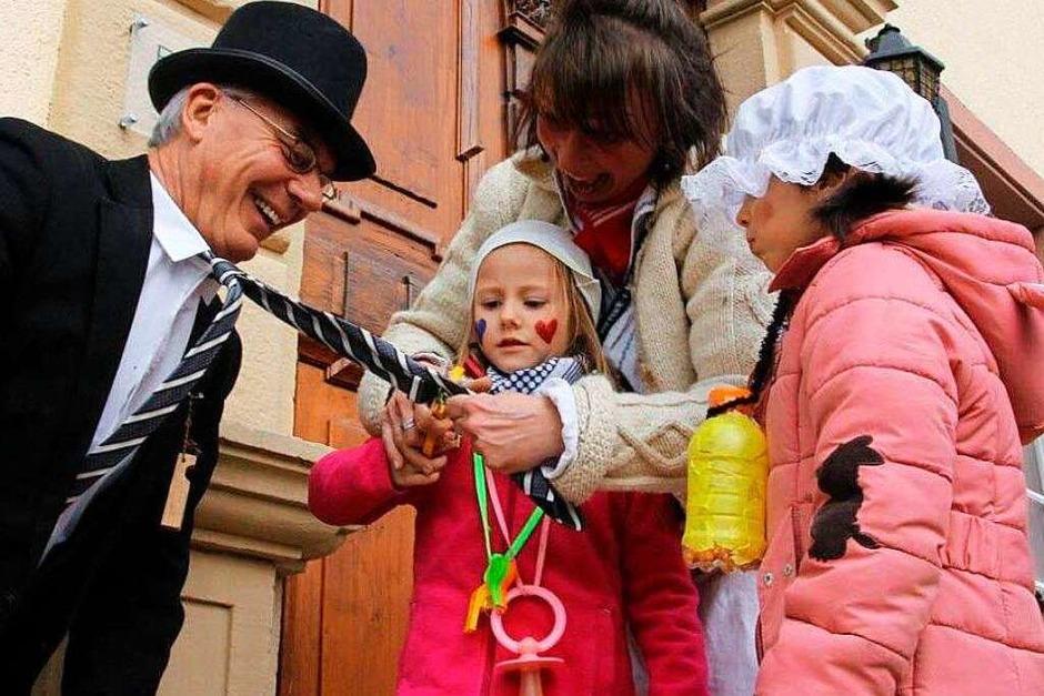 Bürgermeister Rainer Mosbach verliert in Ebringen seinen Schlips. (Foto: Frowalt Janzer)