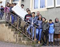Flüchtlinge verschönern ihr Zuhause und das Ortsbild