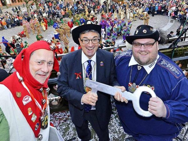 Oberbürgermeister Dieter Salomon übergibt den Schlüssel an Oberzunftmeister Matthias Moser und Münsternarr Markus J. Weber.