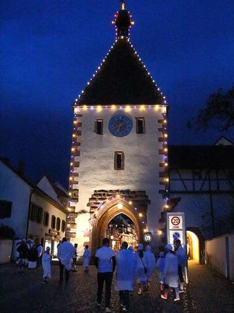 Schmutzige Dunschdig in Endingen: Schon lange vor 19 Uhr zieht es die Hemdglunker in die Stadt.