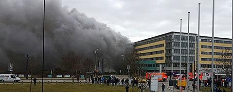 Feuerwehr Freiburg löscht Brand im Solar-Info-Center