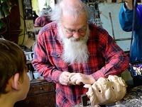 Besuch in der Werkstatt eines Maskenschnitzers