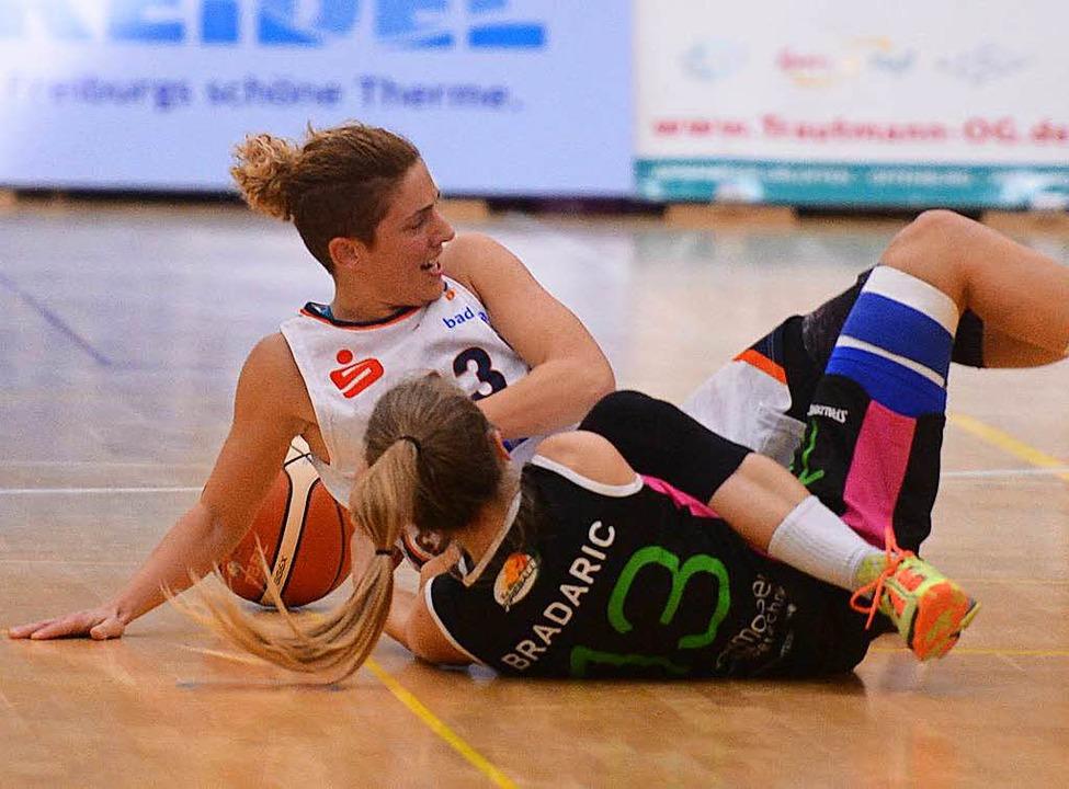 USC-Spielmacherin Jovana Vukoje (helle...Knie. Wie schwer, ist noch nicht klar.    Foto: Patrick Seeger