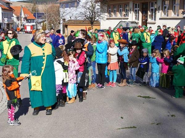 Narrenmutter Gabi Bernhart scharte die Kinder um sich zur Polonaise.