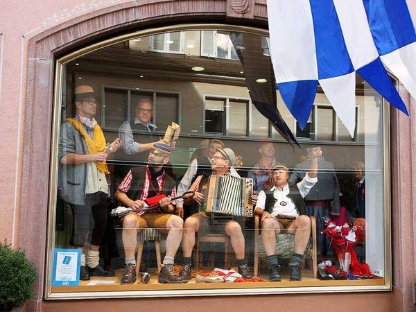 Hingucker: Im Schaufenster hatte diese Musikgruppe ihren Spaß - vor allem am irritierten zweiten Blick vieler Passanten.