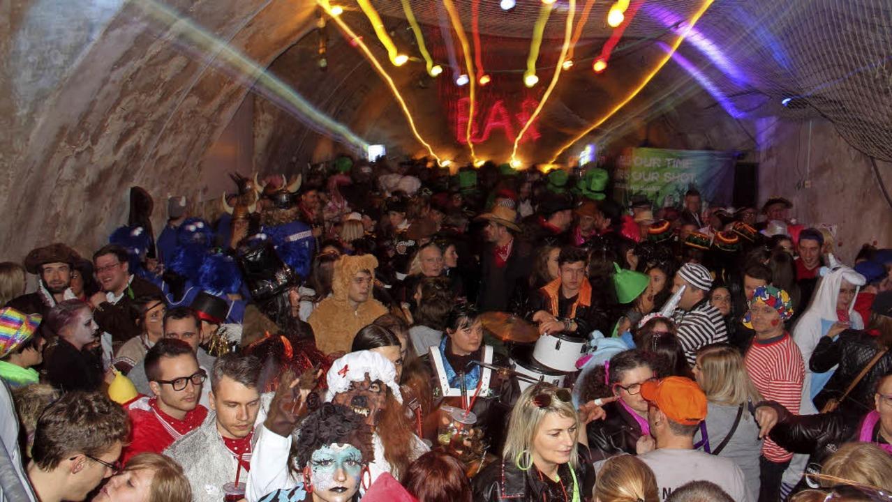 Große Endinger Schnurrnacht mit vielen maskierten Gruppen.  | Foto: Hans-Peter Ziesmer