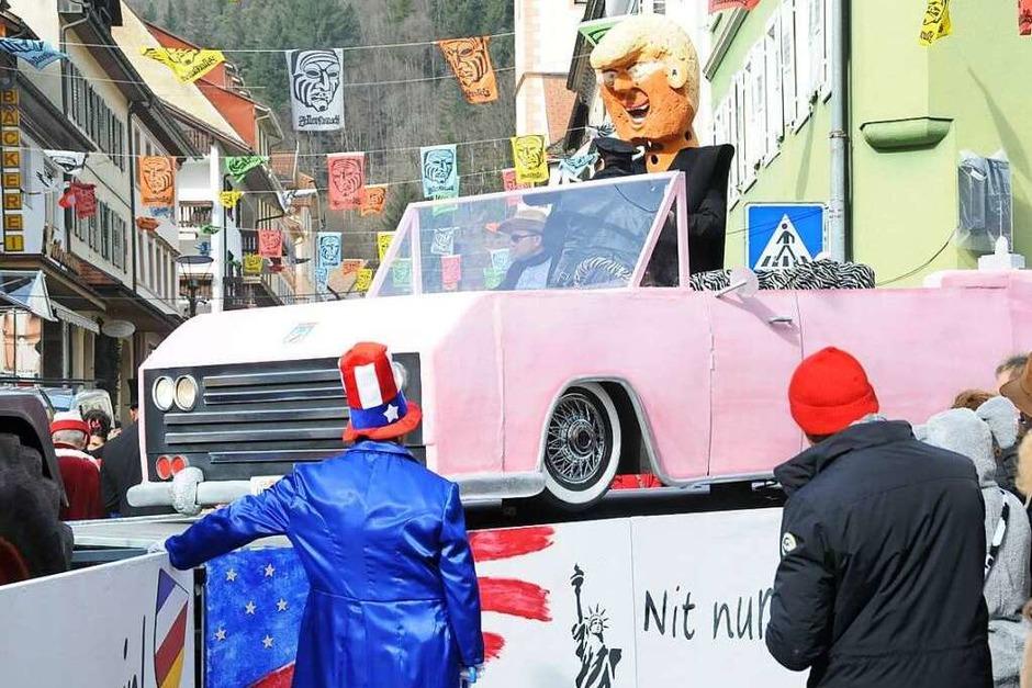 Tolle Wagen, ein fröhlich lärmendes Fußvolk und begeistert mitfeiernde Zuschauer: Das ist der Fasnachtsumzug in der Schwanenstadt Zell. (Foto: Robert Bergmann)
