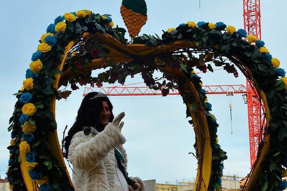 """Die Grundmättlebure belegen mit ihrem Mottowagen für die erste Weinkönigin """"Johanita"""" den ersten Platz in der Jury-Wertung (Foto: Ingrid Böhm-Jacob)"""