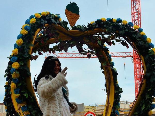 """Die Grundmättlebure belegen mit ihrem Mottowagen für die erste Weinkönigin """"Johanita"""" den ersten Platz in der Jury-Wertung"""