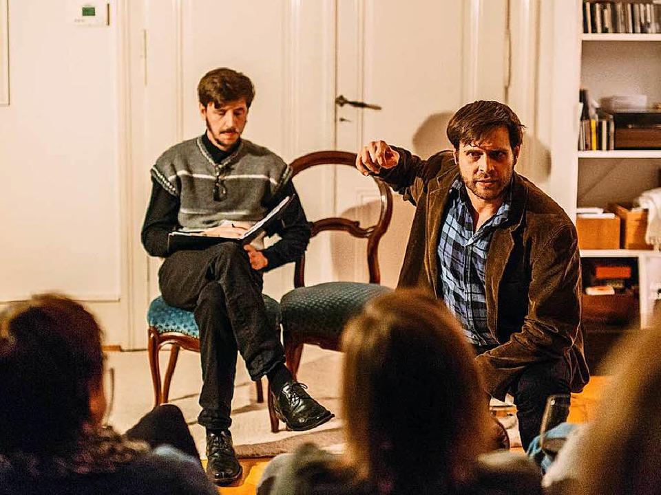 Lukas Diestel (links) und Michael Barop spielen Max Frisch.  | Foto: Sandra Meyndt