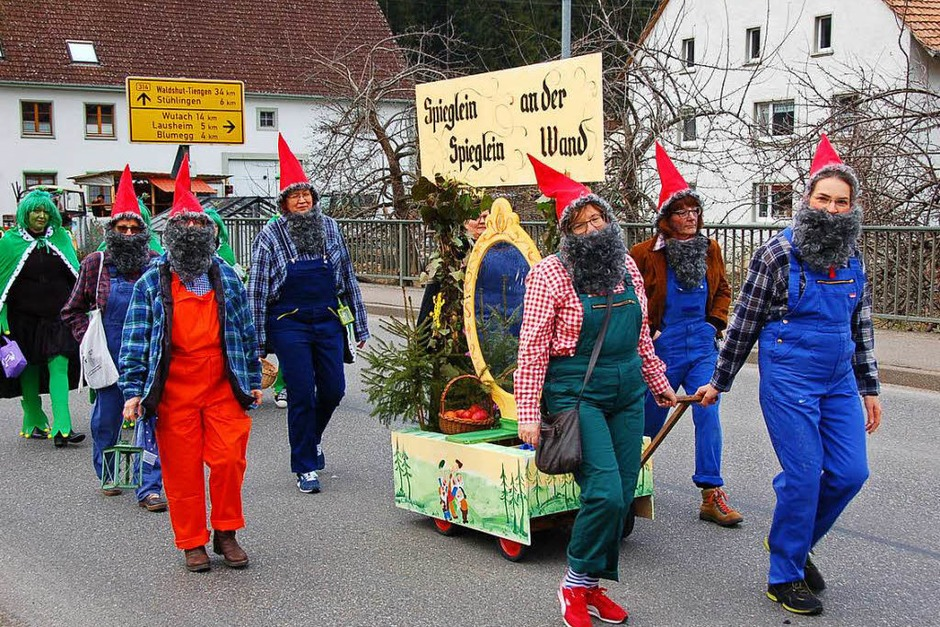 Schneewittchen und die 7 Zwerge nebst böser Stiefmutter waren beim Umzug in Grimmelshofen mit von der Partie. (Foto: Jutta Binner-Schwarz)
