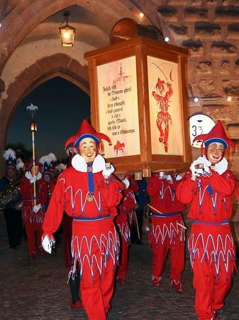 Sternmarsch der Jokili und Musikgruppen zum Marktplatz, wo die Fasnetsproklamation durch Oberjokili Patric Hügel stattfindet