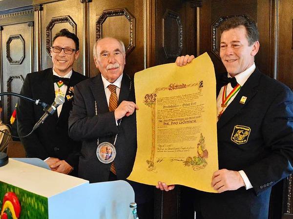 Ivo Gönner bekommt den Drochehüüler-Orden von Oberzunftmeister Stephan Vogt und Zunftmeister Andreas Glattacker.
