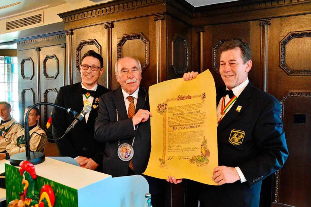 Ivo Gönner (Mitte) ist Träger des Droc...) und Zunftmeister Andreas Glattacker.  | Foto: Barbara Ruda