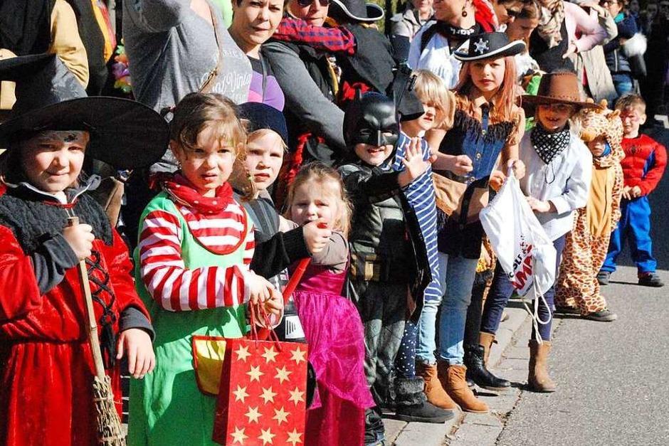 Viele kleine Narren warten am Straßenrand auf die großen und auf Süßigkeiten. (Foto: Maja Tolsdorf)