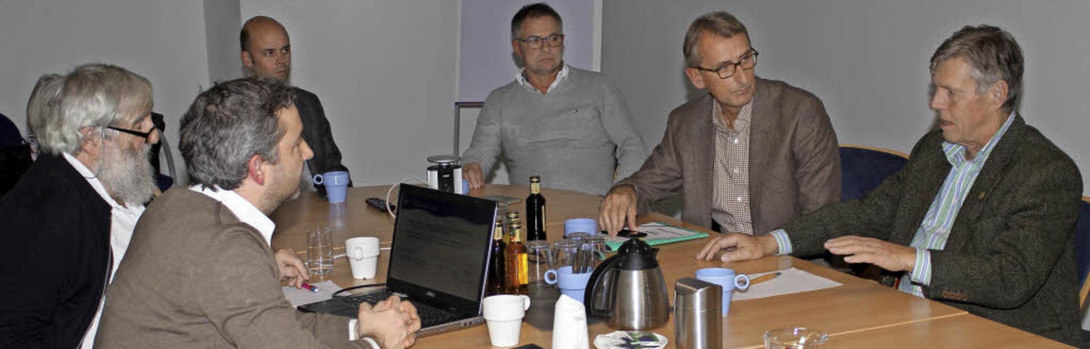 Dr. Michael und Alexander Sladek, Cars...links) bei der Diskussion in Schönau.   | Foto: Fabry