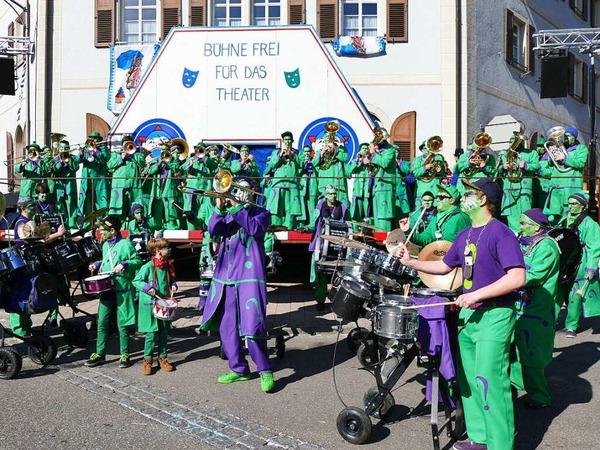 Die Bonndorfer Guggenmusik heizte vor dem Fasnetspiel kräftig ein.