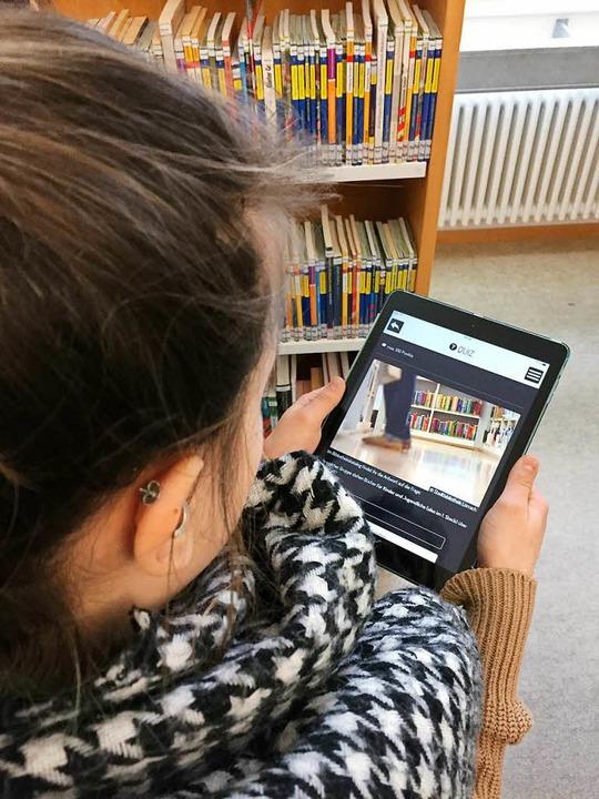 Die App führt die Kinder durch die Bibliothek.  | Foto: Dorothee Soboll