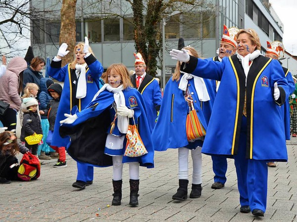 Bonbons, Kostüme und jede Menge Narren - der Kinderumzug ging durch die Karl-Fürstenberg-Straße bis zum Rathaus.