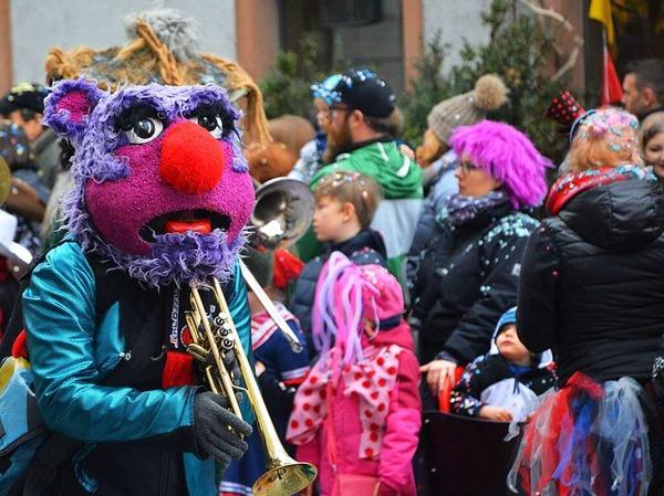 Süßigkeiten und Konfetti satt gab es für die bunt kostümierten Mini-Narren beim Lörracher Kinderumzug.