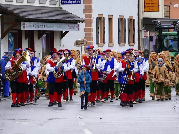 Die Musikkapelle Rust hat den Umzug angeführt - gefolgt von der Narrenzunft Hanfrözi.