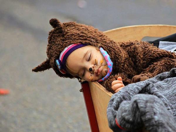 Unbeeindruckt vom Trubel in Grafenhausen und warm eingepackt in ein Bärenkostüm.