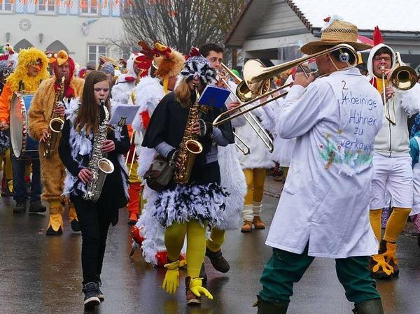 Rund 40 Gruppen und Zünfte sorgten in Ewattingen beim Umzug für ein närrisch-fröhliches Spektakel.