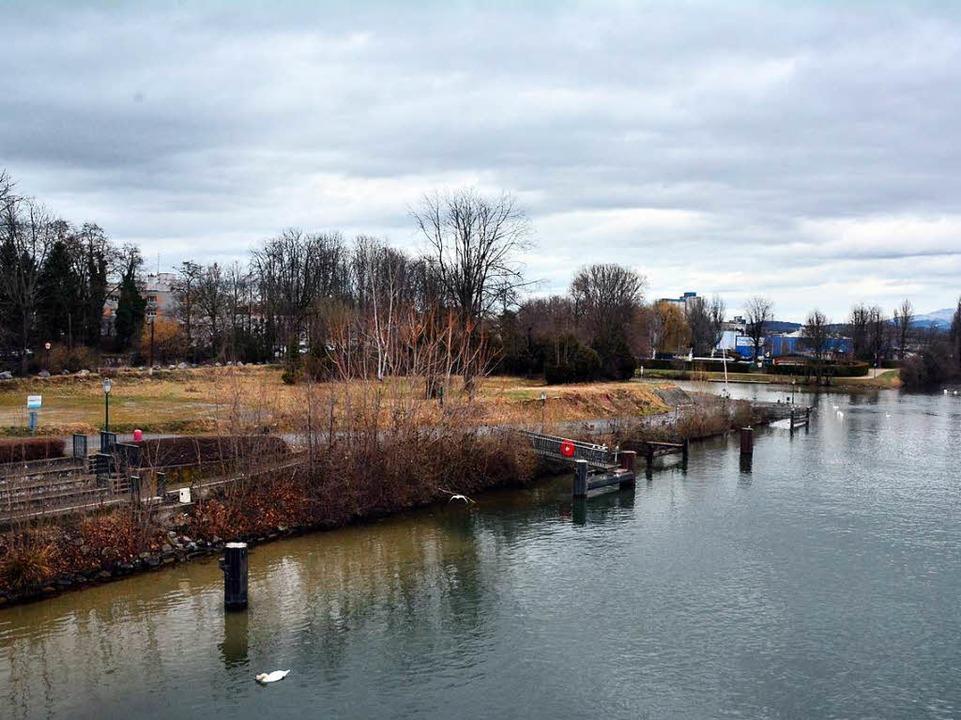 Noch sieht es am Ufer nördlich der Dreiländerbrücke eher trist aus.   | Foto: Mahro