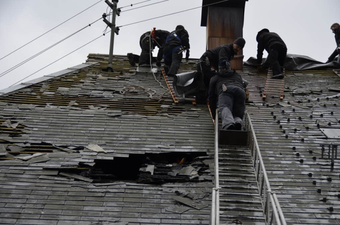 Zimmerleute flicken das Dach des Meder... nach dem Feuerwehreinsatz notdürftig.  | Foto: Moritz Lehmann
