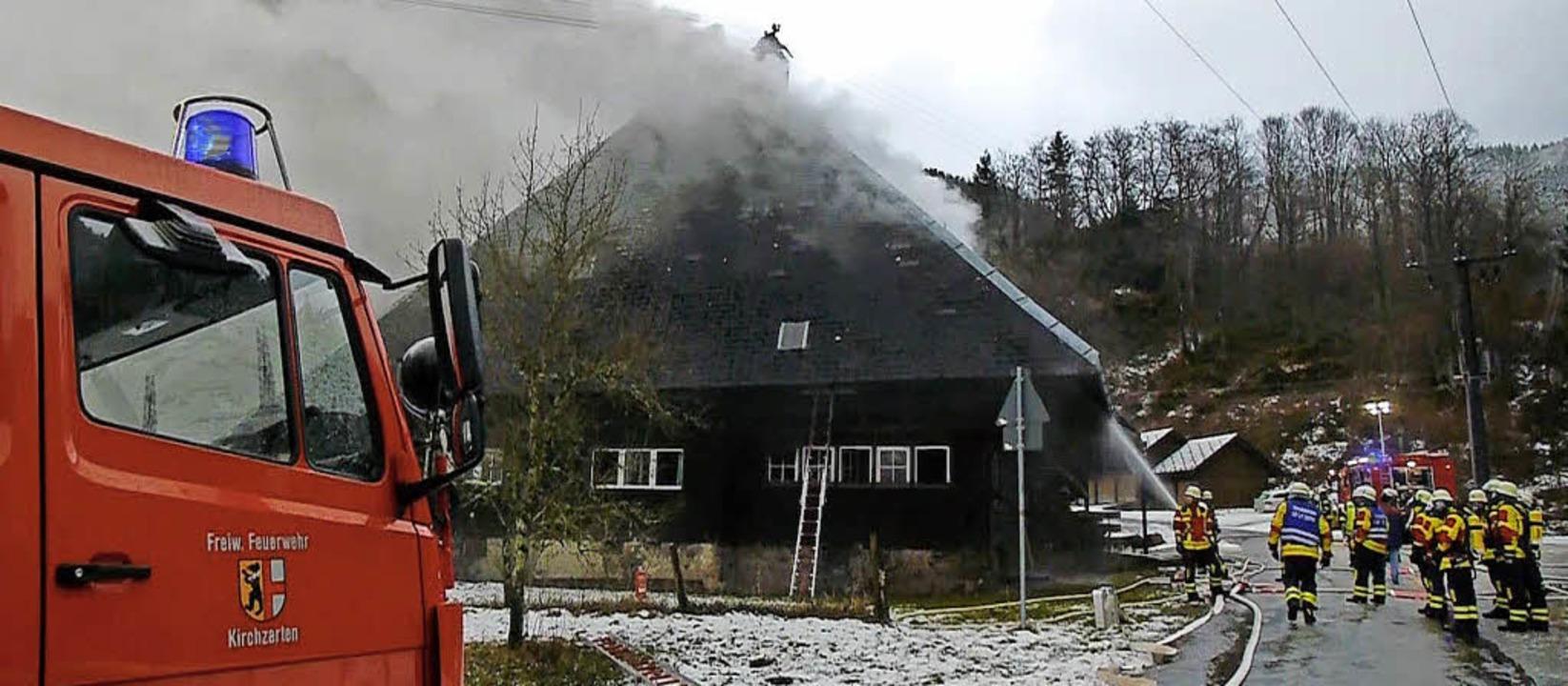 Wehrleute beim Löschen des Brands am O... war im Aufenthaltsraum ausgebrochen.   | Foto: Martin Ganz/Moritz Lehmann