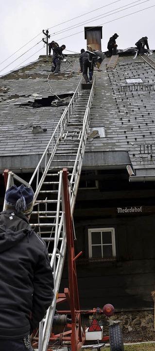 Um das Dach nach dem Einsatz wetterfes...en es  Zimmerleute mit einer Plane ab.  | Foto: Moritz Lehmann