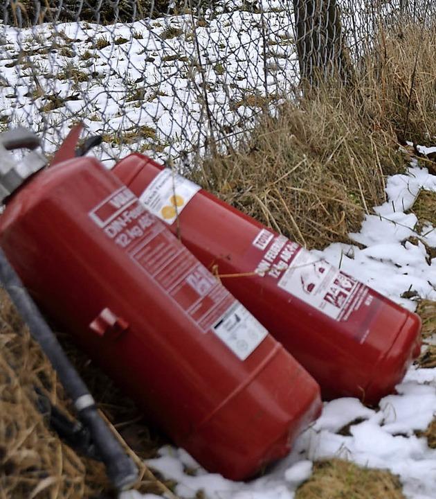 Mit Feuerlöschern versuchten Bewohner, den Brand einzudämmen.  | Foto: Moritz Lehmann